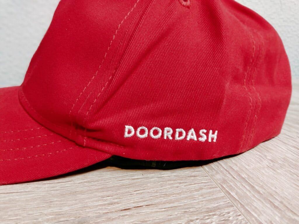 DoorDash(ドアダッシュ)のロゴ入りコットンキャップ(横)